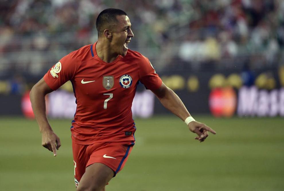 Alexis celebra un gol ante México