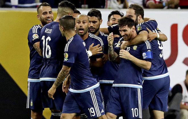 La piña argentina en la celebración de un gol.