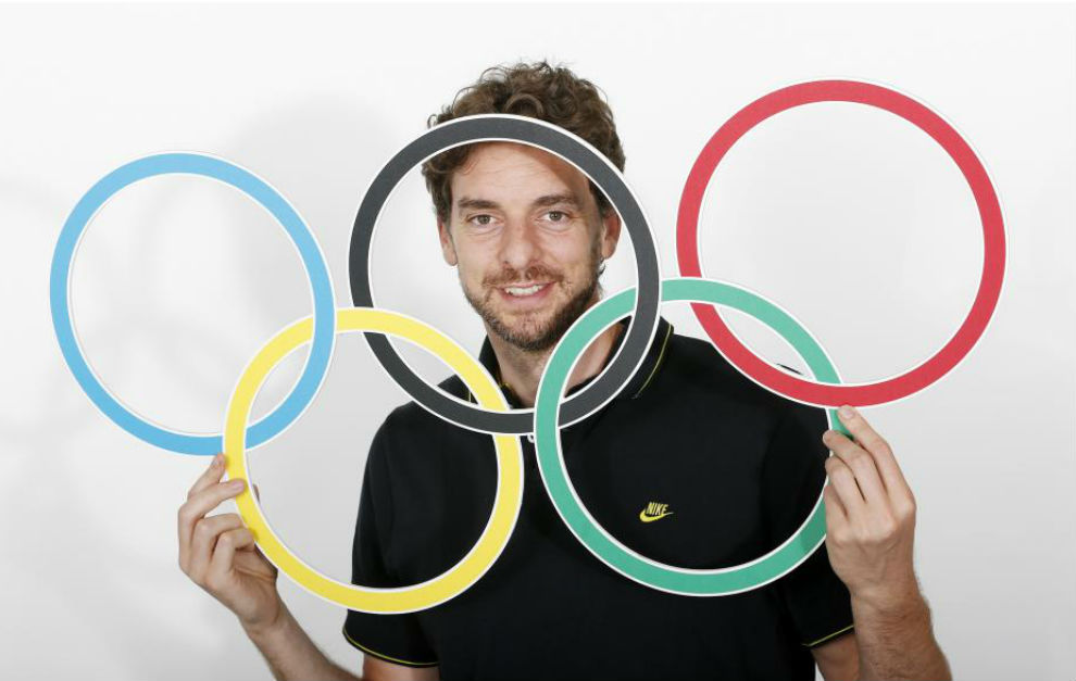 Pau Gasol se asoma a través de los aros olímpicos.