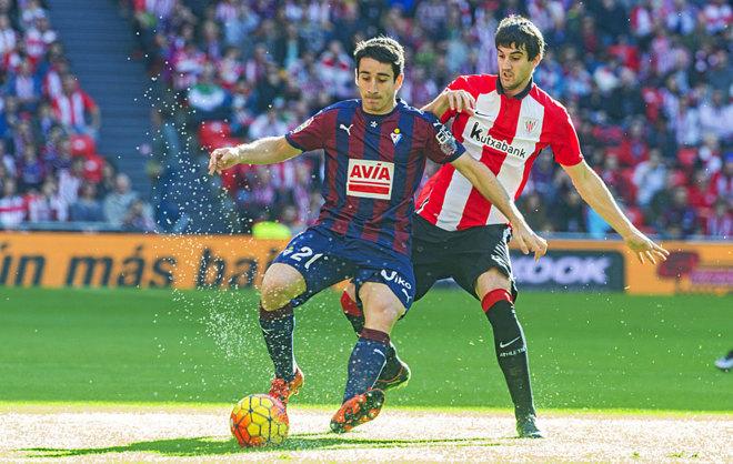 Saúl Berjón protege el balón ante San José, del Athletic.