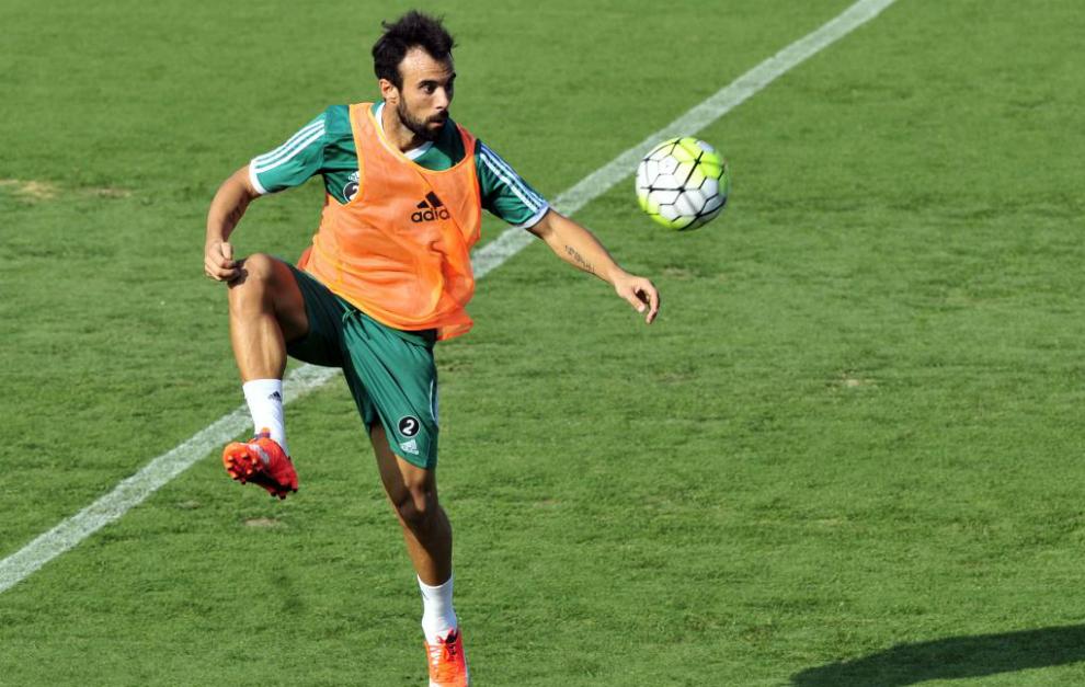 Molinero intenta controlar el balón en un enternamiento con el Betis.