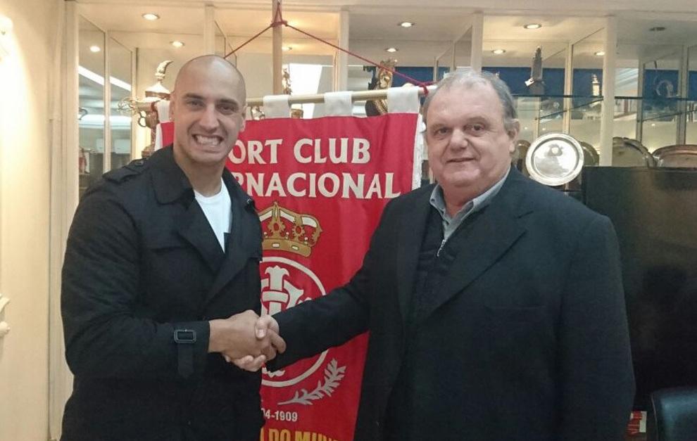 ARiel Nahuelpan tras firmar con el Internacional