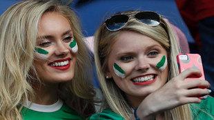 Aficionadas norirlandesas haciéndose un 'selfie'.