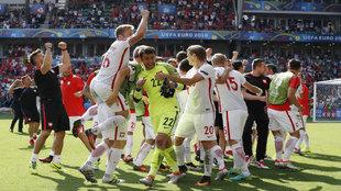 Los jugadores polacos celebran el triunfo