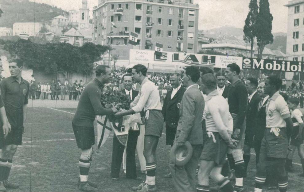 Zamora intercambia los banderines con el capitán italiano en el...