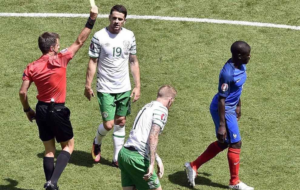 Kanté ve la amarilla frente a Irlanda.