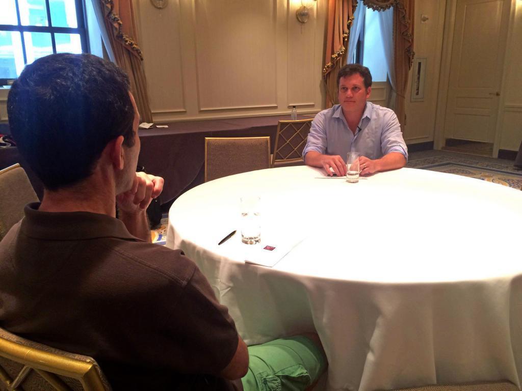 Alejandro Domínguez, con el redactor de MARCA durante la entrevista
