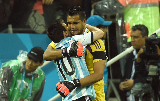 Messi y Romero se abrazan durante un partido con Argentina.