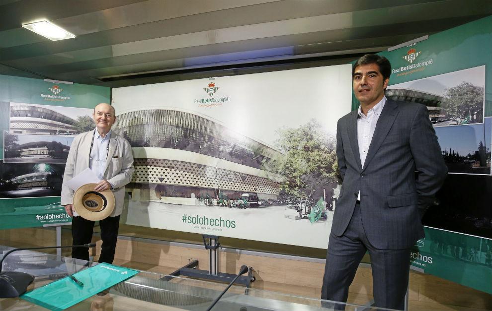 González Cordón y Haro posan delante de la imagen del nuevo Gol Sur.