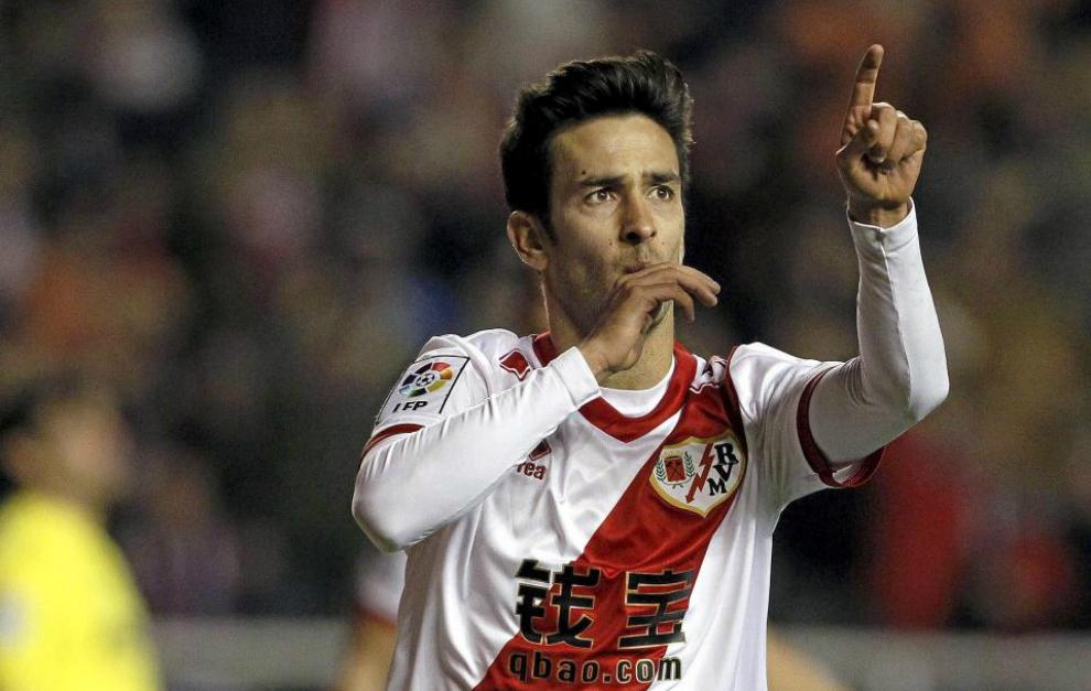 Alberto Bueno celebra un gol con el Rayo.