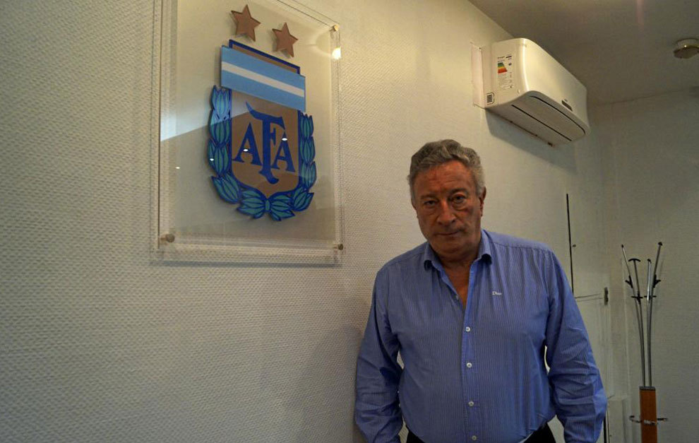Luis Segura posa ante un icono de AFA.