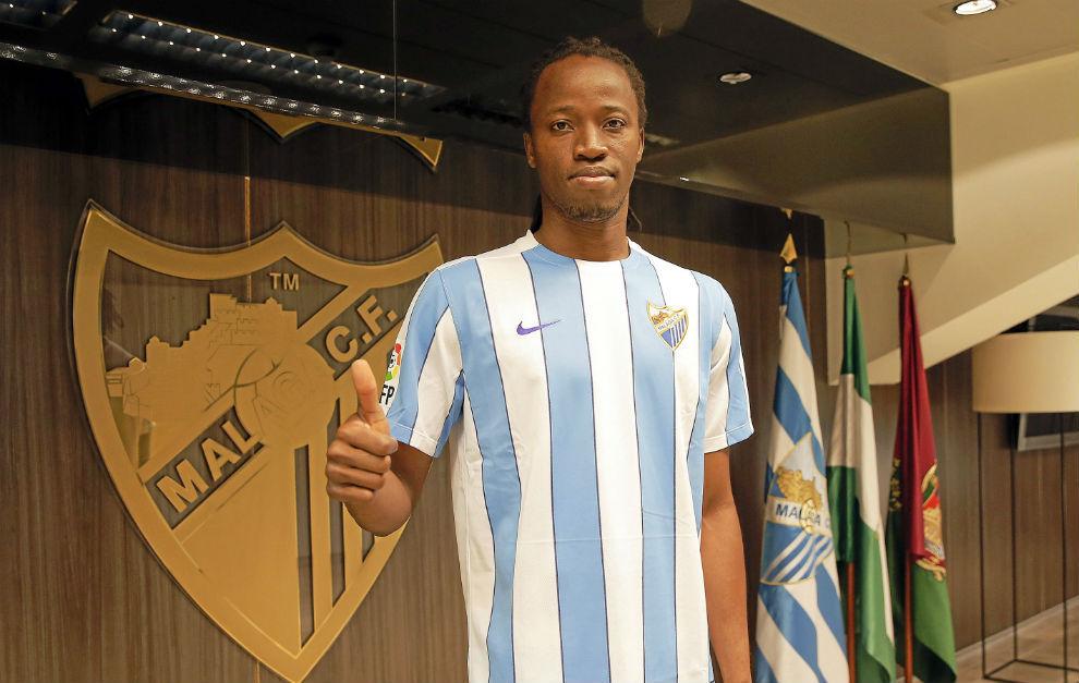 Bakary Koné posa con la camiseta del Málaga en La Rosaleda.