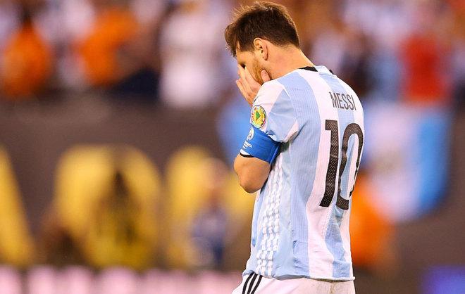 Messi se agarra la cabeza durante el choque ante Chile.