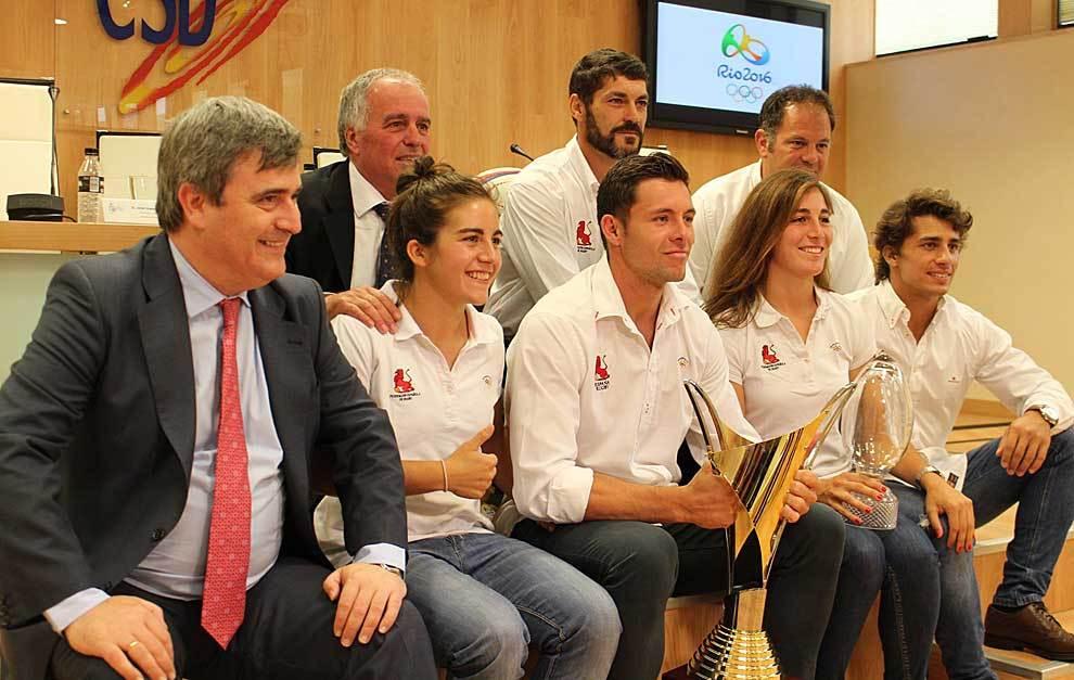 Miguel Cardenal con Alfonso Feijóo, los dos seleccionadores y los...