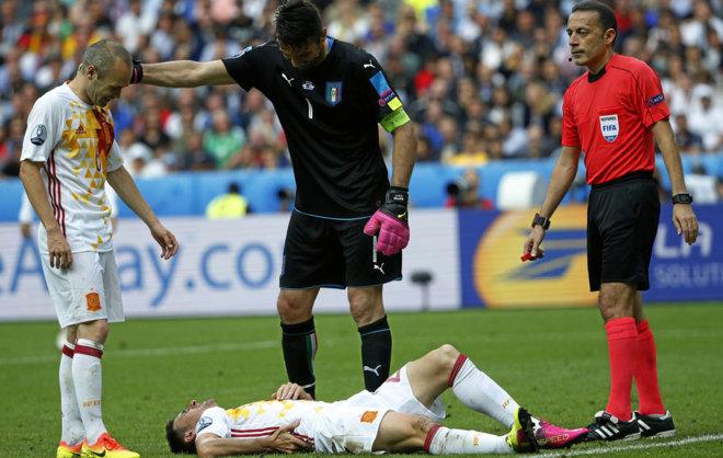 Aduriz, dolorido tras el golpetazo que se dio contra Italia