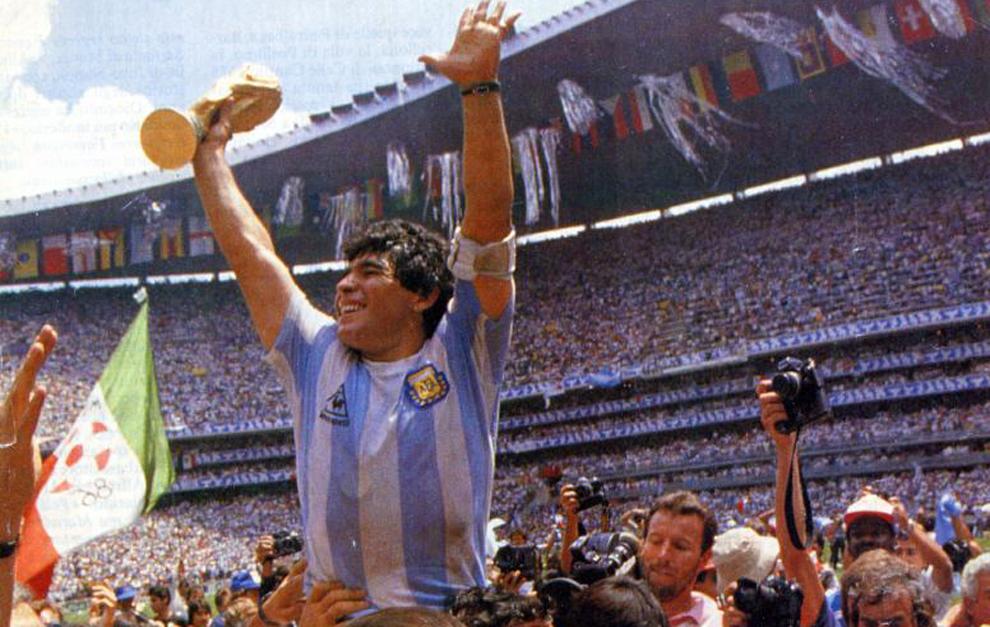 Maradona, con el título de campeón del Mundo de 1986.