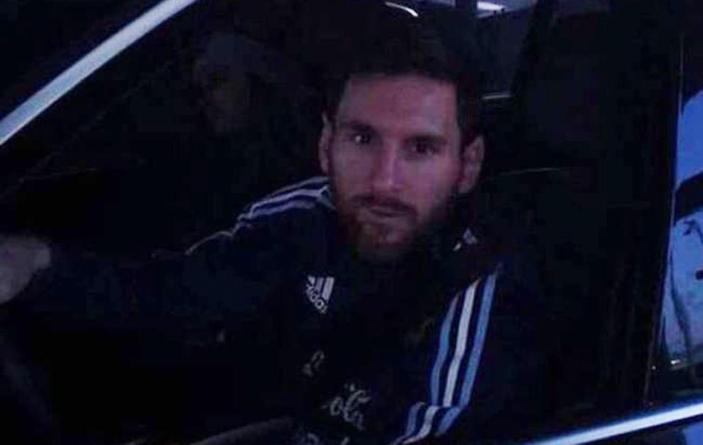 Imagen de Messi, pagando el peaje con la indumentaria de la...