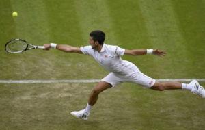 Djokovic golpea de revés