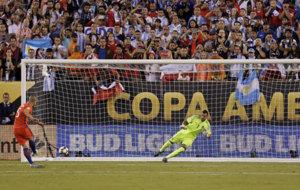 El momento en el que el Gato Silva marcó el gol a Romero.