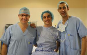 Javi Fern�ndez en la cl�nica Cemtro con el doctor Leyes (izquierda)...