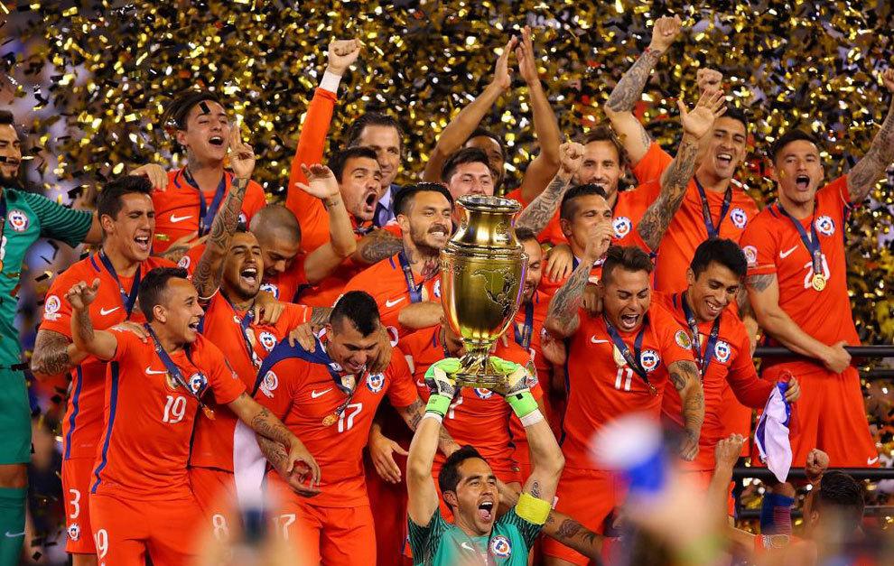Bravo levanta el trofeo de Campeón de América conqusitado por Chile...