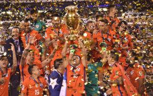 Los jugadores de Chile levantan la Copa América Centenario.