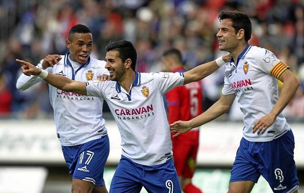 Ángel Rodríguez, en el centro, celebra su gol en Soria esta...