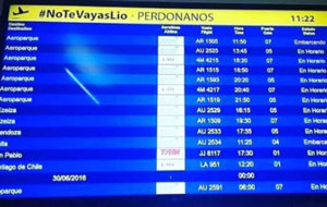 Panel de información de un aeropuerto argentino.