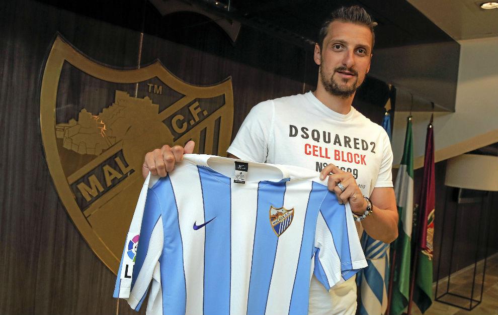 Kuzmanovic posa con la camiseta del Málaga.