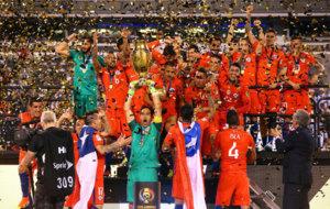 Bravo levantando la Copa América para Chile.