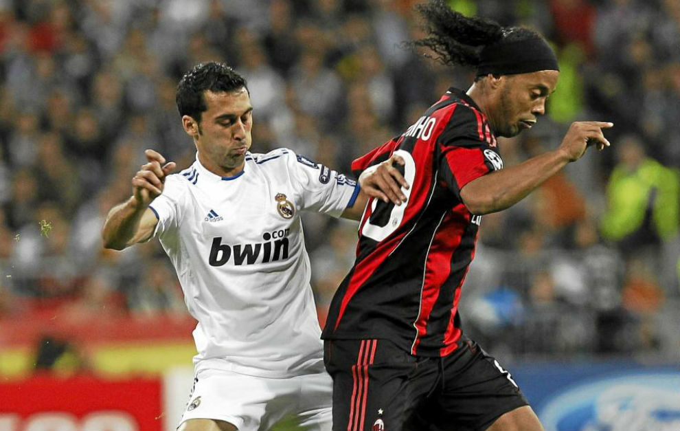 Arbeloa pugna con Ronaldinho durante un Madrid-Milan de Champions.
