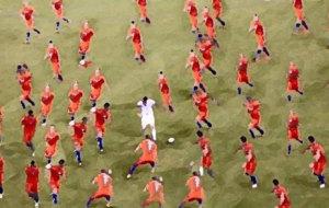 Un collage sobre la imagen de Messi rodeado de chilenos.