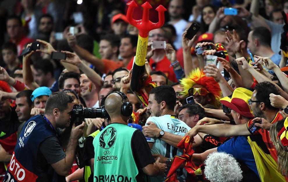 Eden Hazard (C) con los aficionados belgas.