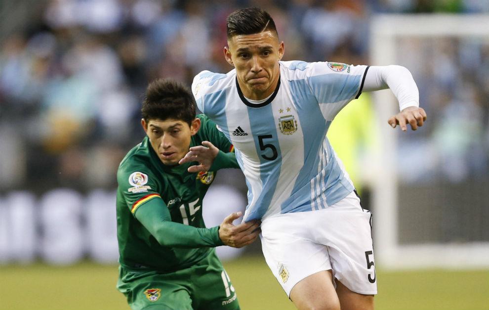 Kranevitter lucha por un balón con Pedro Azogue, de Bolivia.