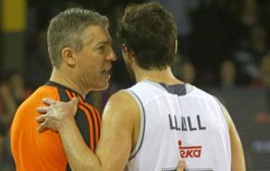 Sergio Llull dialoga con un �rbitro en un partido de Euroliga.
