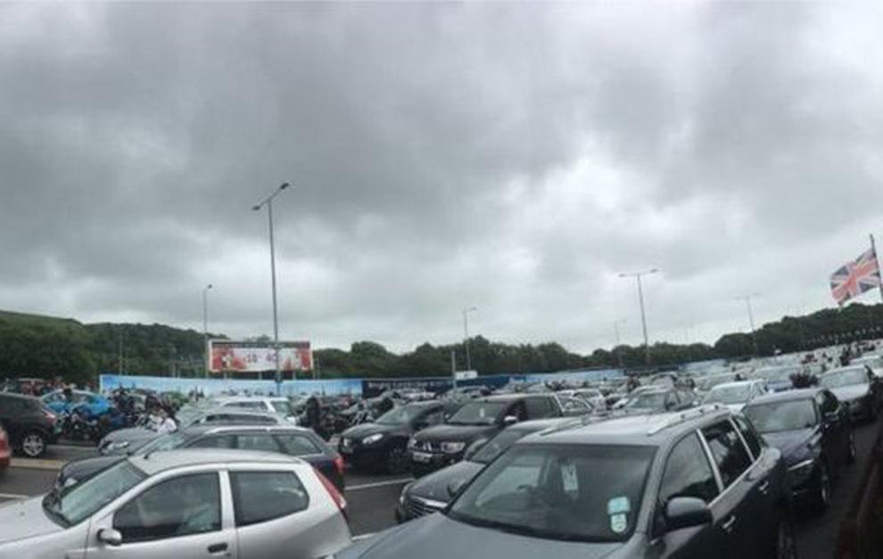 Cientos de vehículos galeses forman grandes colas en el eurotúnel