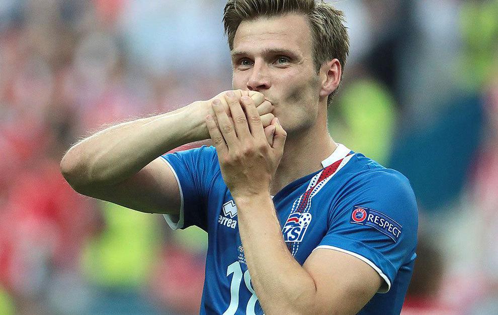 Elmar Bjarnason durante un partido con Islandia.