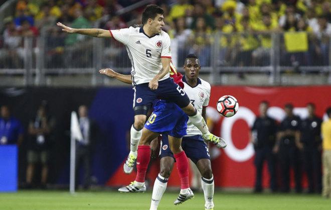 Guillermo Celis trata de ganar la disputa de un balón en la pasada...