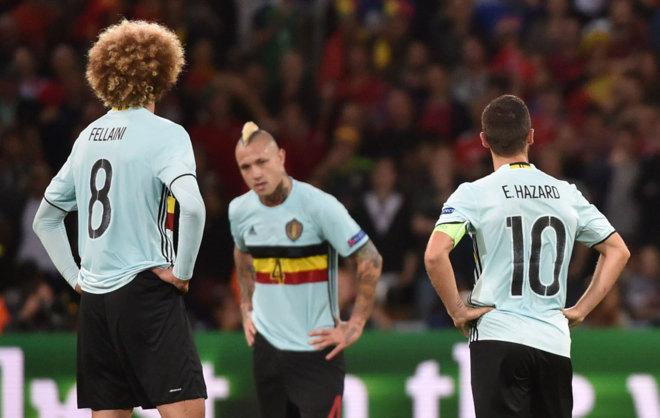 Decepción de los jugadores belgas tras encajar un gol frente a Gales