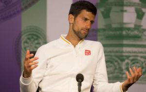 Djokovic gesticula con las manos