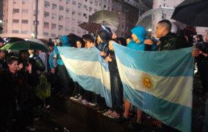 La gente lleg� a la concentraci�n en medio de la lluvia.