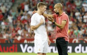 Guardiola habla con Kroos tras un partido amistoso entre el Bayern y...