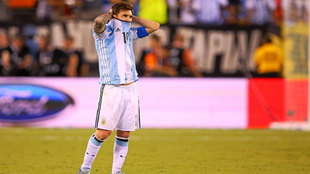 Leo Messi, cabizbajo tras perder ante Chile la Copa América...