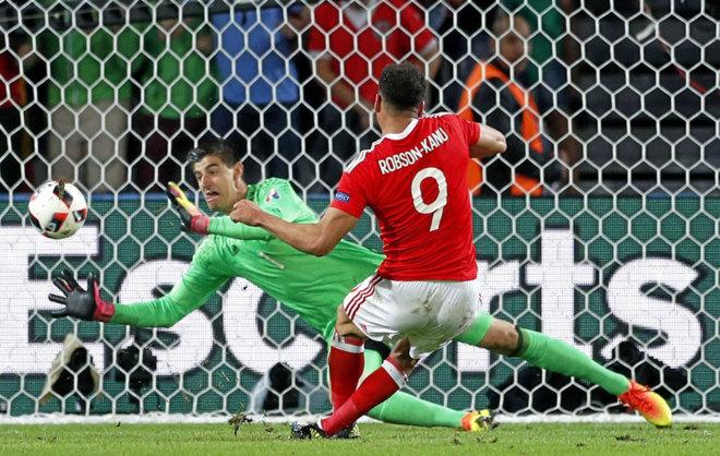 Robson-Kanu batiendo a Courtois en los cuartos de final de la Euro