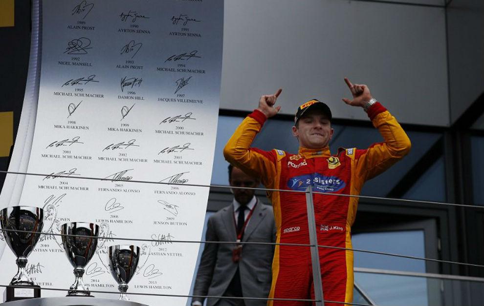 Jordan King celebrando la victoria en Austria
