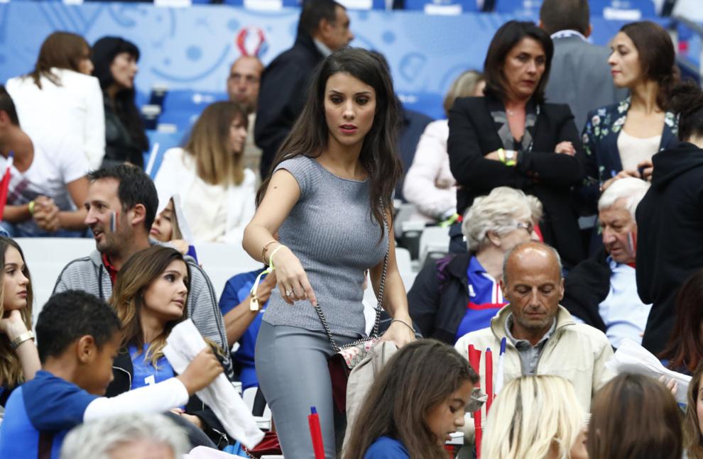 Ludivine Kadri Sagna, mujer de Bacary Sagna, acomodándose en las...