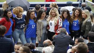 Las mujeres y novias de varios jugadores franceses posan para los...