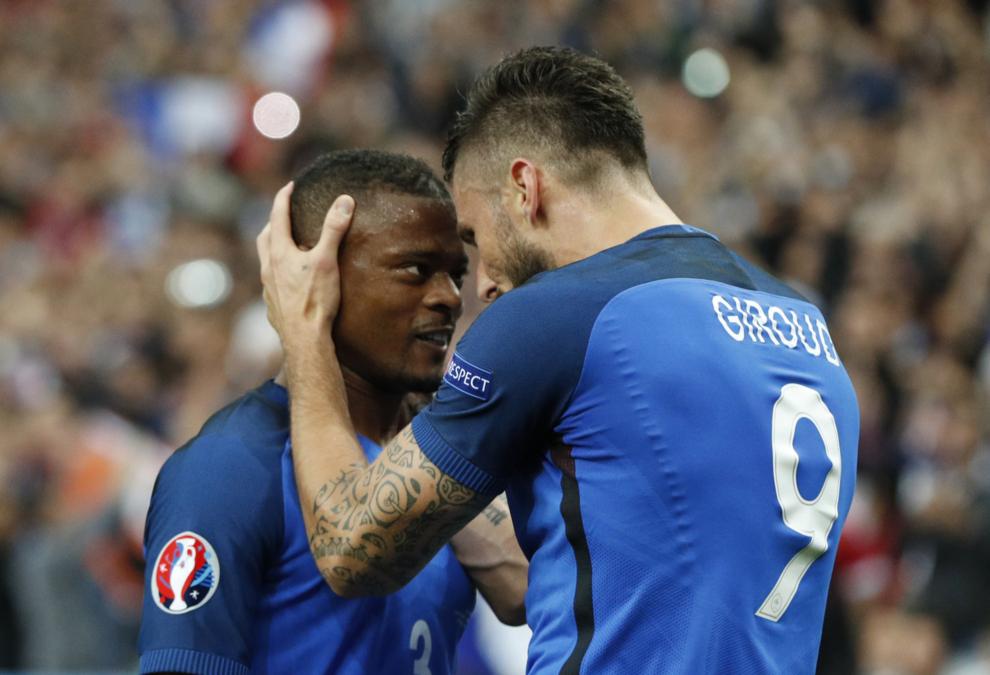 Giroud celebra su gol con Evra
