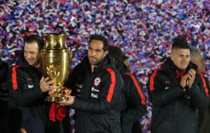 Bravo pasea el trofeo de Copa América por Santiago.