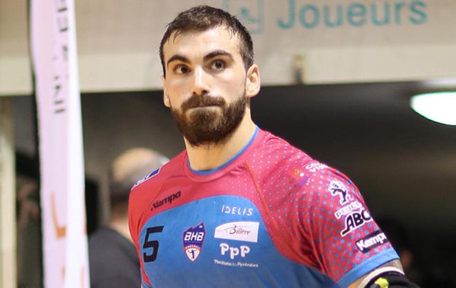 Lucas Moscariello durante un partido con el Billère